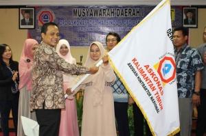Penyerahan secara simbolis Bendera Askonas oleh Ketua Umum DPP Askonas, Bapak Rahmatullah, ST kepada Ketua DPD Askonas Kaltim, Ibu Syarifah Rabiatul Baraqbah, SE.