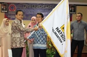 Penyerahan secara simbolis Bendera Hatsindo oleh Bapak Rahmatullah, ST selaku perwakilan Ketua Umum DPP Hatsindo kepada Ketua DPD Hatsindo Kaltim Bapak Theny Gunawan, ST.